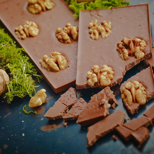 Milk chocolate / walnuts